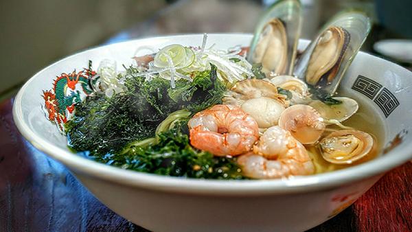 フォックスバーデンの食堂「紅桜」名物料理、天ぷら・刺身・そば・茶わん蒸しがセットの、温泉定食1420円の写真